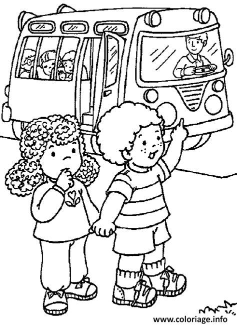 Coloriage Deux Enfants Rentrent De L Ecole En Bus Scolaire Coloriage Petits Ecoliers L