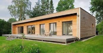 haus holz holz bungalow fertighaus mit holzverkleidung wand und glas