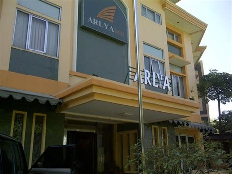 Kulkas Bandung kulkas dan lemari kecil di kamar picture of arlya hotel bandung tripadvisor