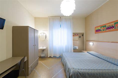 bagno in comune tripla con bagno in comune hotel moderno