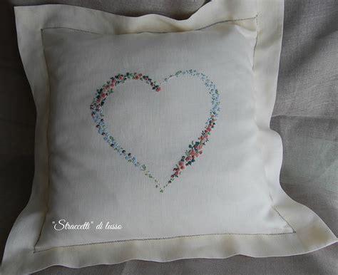 cuscino ricamato cuscino ricamato con cuore a punto vapore quot straccetti di
