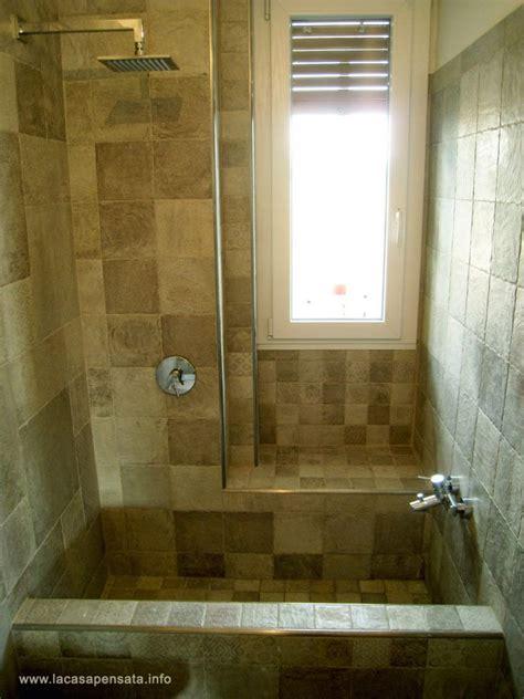 finestra interna doccia con finestra interna con bagno moderno grigio e