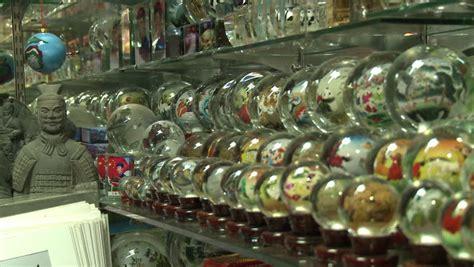 Souvenir China Kaos Jembatan Beijing beijing china july 2009 craft souvenirs on a stall in pearl market beijing china