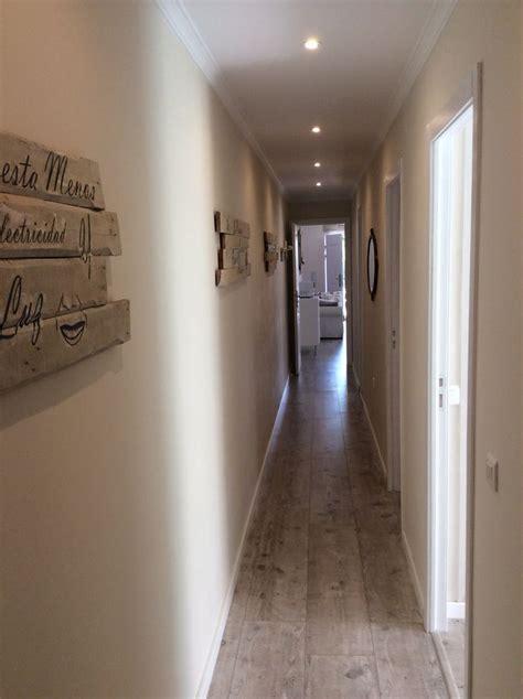 decorar pasillos y escaleras la pared de mi largo pasillo decorada con cuadros de