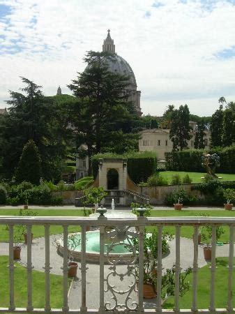 ingresso cupola san pietro musei vaticani cortile e veduta cupola san pietro foto