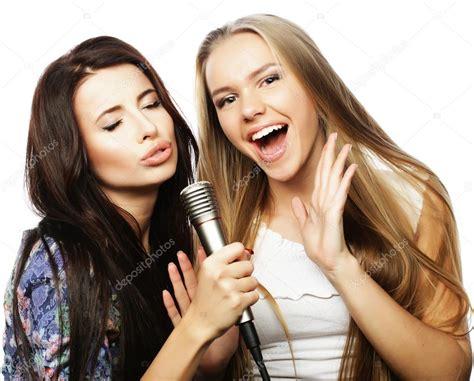 imagenes hipsters de chavas dos chicas hipster de belleza con un micr 243 fono cantando y
