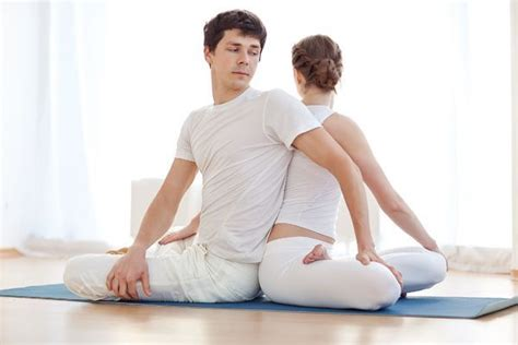 imagenes de yoga en pareja faciles yoga en pareja posturas videos e im 225 genes en pdf