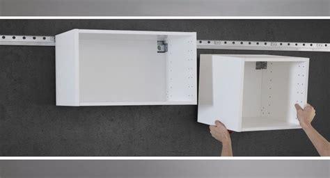 Comment Accrocher Une Le Au Plafond by Comment Accrocher Un Meuble De Cuisine Au Mur 42279