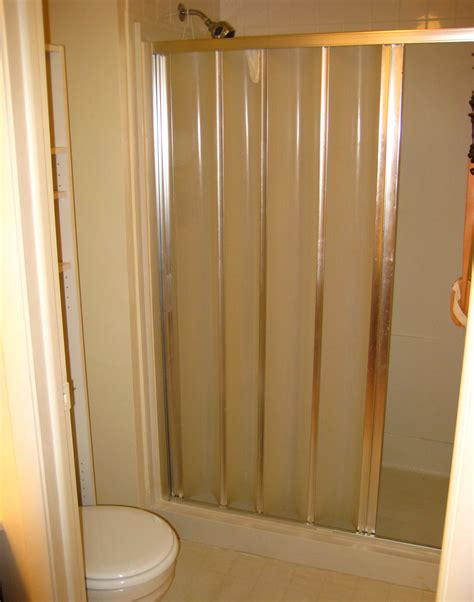 accordion style shower doors 28 images shower