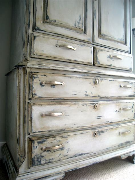 How To Paint White Distressed Furniture by How To Sloan Chalk Paint The Lilypad Cottage