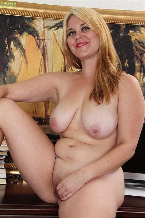 Blonde MILF Lindsay Jackson Display Her Twins MILF Fox