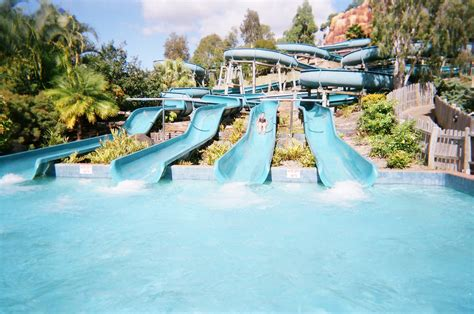 file wet n wild water world australia white water mountain jpg wikimedia commons