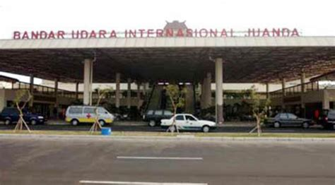 citilink juanda terminal bandara di lombok masih ditutup calon penumpang menumpuk