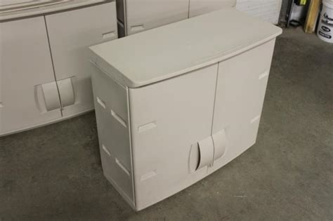 lot 259 4 rubbermaid wall cabinets