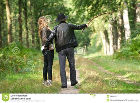 padre padre e hija culean en ausencia de su madre girls padre e hija que disfrutan de caminar en el bosque foto de
