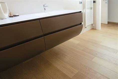 bagno con pavimento in legno openworld 187 pavimento in legno nella stanza da bagno