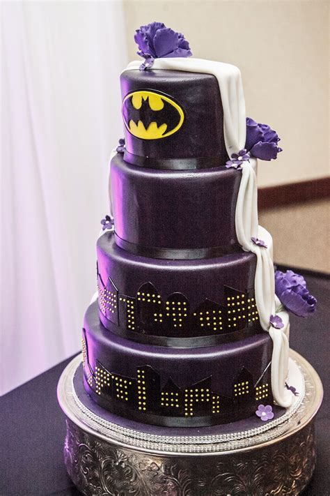 Hochzeitstorte Batman by Half Traditional Half Batman Wedding Cake Weddings
