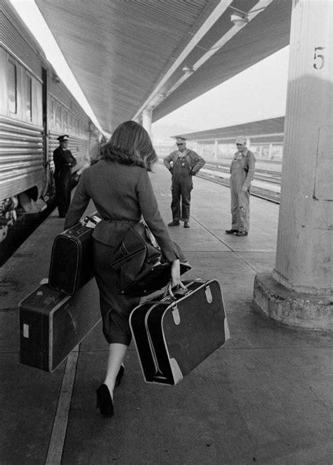Mujer bajando de un tren. Fotografía de Allan Grant, c
