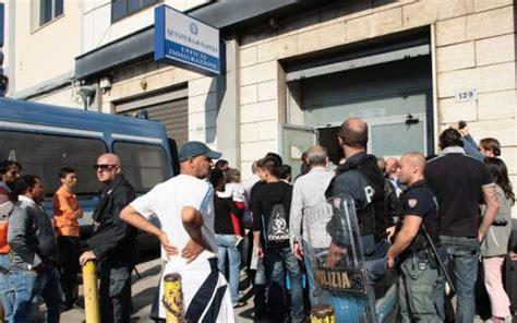 questura di napoli ufficio immigrazione via galileo ferraris 131 centinaia di immigrati chiedono asilo politico caos e