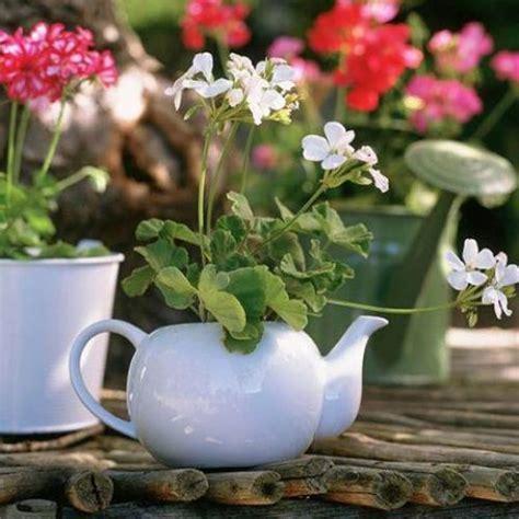 Pot Flowers Kaleng inspirasi taman rumah minimalis cantik dengan barang bekas