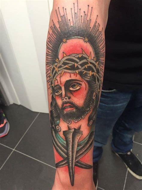 tattoo de jesus en el antebrazo tatuaje old school de cristo en el antebrazo
