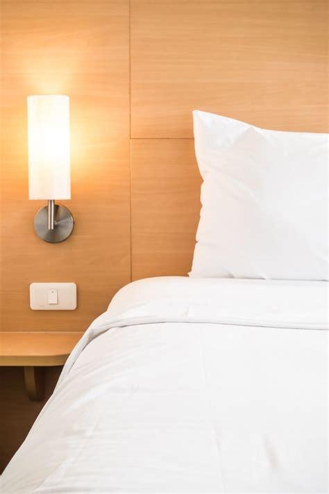 almohada con foto almohada blanca en la cama descargar fotos gratis