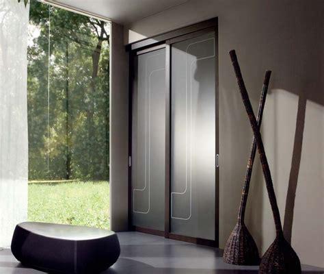 porta scorrevole in legno e vetro satinato spazio