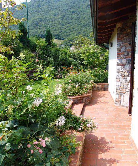piccolo giardino colori sgargianti per il piccolo giardino in montagna