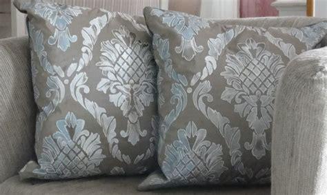 cuscini arredo fai da te cuscini damascati realizzati con stencil e colori acrilici