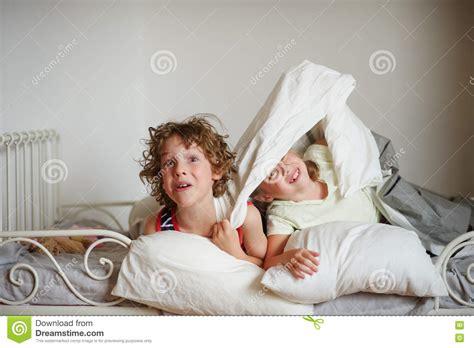 l amour dans la chambre deux enfants fr 232 re et soeur se livrent sur le lit dans