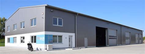 stahlhalle mit wohnung produktionshallen produktionsgeb 228 ude hallenbau belichtung