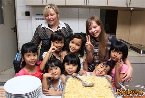 membuat yayasan panti asuhan suka makanan indonesia connie talbot kekenyangan