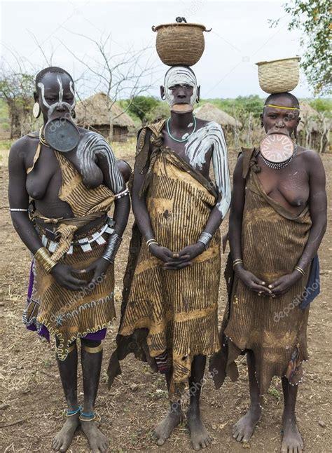Kobiety Z Plemienia Mursi W Wiosce Mirobey Park Narodowy Mago Dolinie Omo Etiopii Zdj Cie