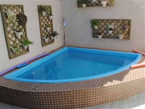 piscinas pequenas de canto decorando casas