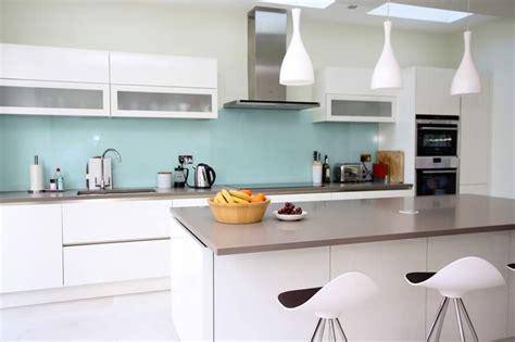 blue kitchen insel glass splashbacks