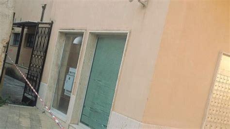 ufficio postale trapani marsala grata si sgancia dal cancello dell ufficio