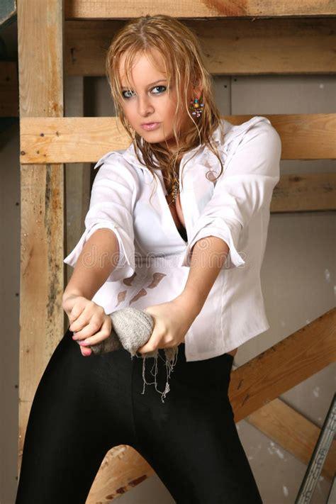 maglia bagnata ragazza graziosa in una maglia bagnata fotografia stock
