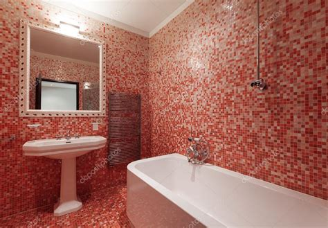piastrelle bagno stock bagno con piastrelle rosse e una vasca da bagno nessuno