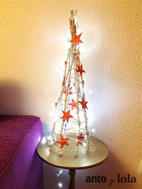 un arbol de navidad original hecho con ramas secas