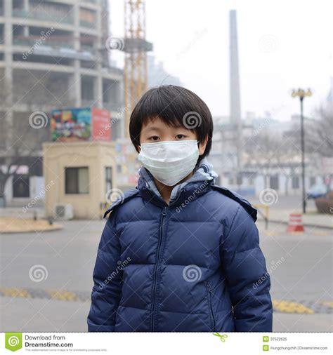 aziatische jongen die mondmasker dragen tegen