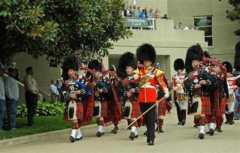 04 massed pipes ad drums with highland dancers 2017 quebec city ファイル us army 51766 scots pipes and drums 1 jpg wikipedia