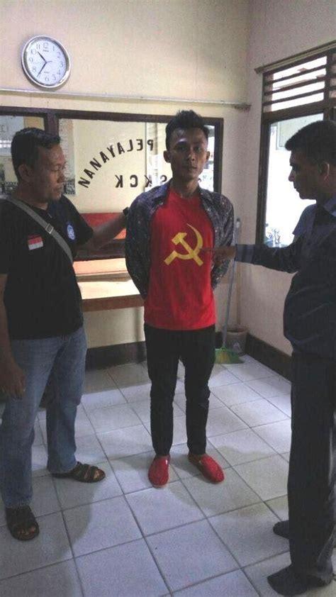 Kaos Riau Kaos Pekanbaru Kode 17 1 warga inhil riau ini diamankan polisi pakai kaos palu arit