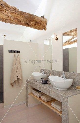 gemauerter waschtisch mit mosaikfliesen und weissen