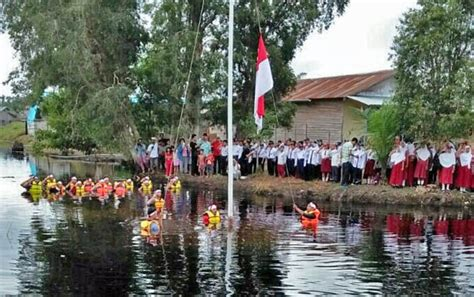 Kaos Tshirt Hut Ri Ke 72 Agustus 1 Putih luar biasa mereka gelar upacara hut ri ke 72 di tengah air
