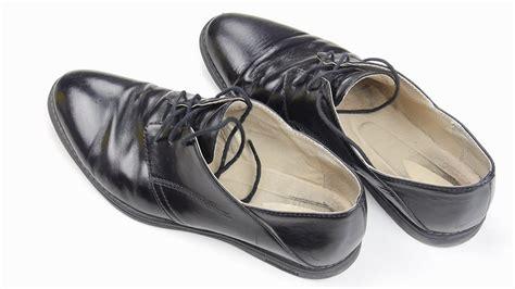 limpiar cuero 3 formas de limpiar zapatos de cuero wikihow
