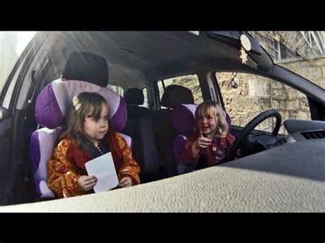 Kinder Die Auto Fahren by Zwillinge Fahren Auto Oder Wie Ein Auto Startet