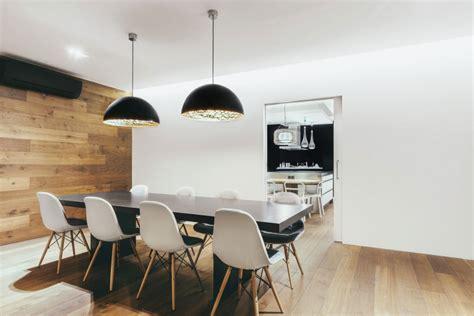 Ordinaire Revetement Mural Cuisine Inox #3: salle-manger-parquet-lambris-mural-bois-table-noire-chaises-eames.jpg