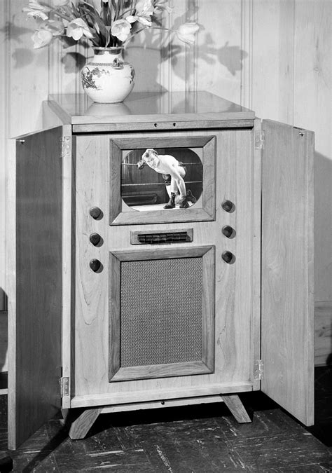 Vintage photos show old TV sets from the 1940's through