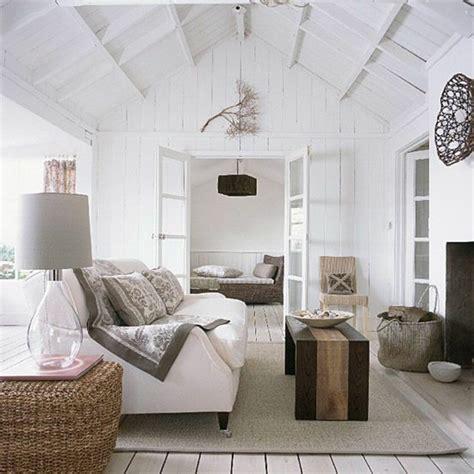 Beau Salon En Rotin Pour Interieur #4: 0-canape-blanc-sol-en-planchers-idee-deco-sejour-amenager-petit-salon-tapis-beige-plafond-sous-pente.jpg