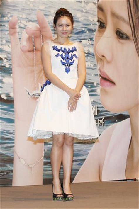 quot the dress quot drama celebs brands and the frock which ask k pop stars of quot shark quot pose for pictures